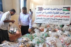 بدعم من فاعلي خير في دولة قطر جمعية الفلاح الخيرية توزع الطرود الغذائية على الأسر الفقيرة والمتضررة من الحرب على غزة