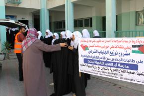بدعم من فاعلي خير في سلطنة عمان جمعية الفلاح الخيرية تواصل تنفيذ مشروع توزيع الجلباب الشرعي على طالبات المدارس