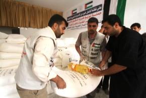 على نفقة فاعل خير من الإمارات جمعية الفلاح الخيرية تنفذ حملة توزيع طرود الدقيق والزيت على الأسر الفقيرة والمتضررة بغزة