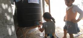 على نفقة فاعل خير من الدنمارك جمعية الفلاح الخيرية تسلم أسرة فقيرة خزان مياه سعة 500 لتر مع تعبئته بمياه مفلترة لمدة عام